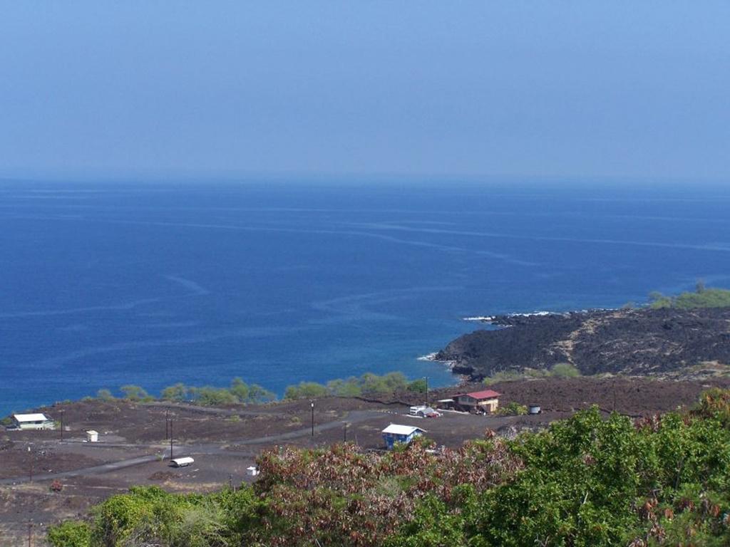 Surface slicks are visible along the coast of West Hawaiʻi