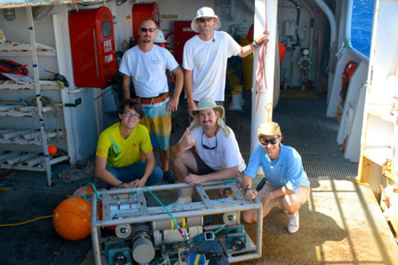 750x500-pifsc-scientist-and-intern-CL-NOAA-PIRO.jpg
